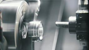 Fabbricazione di parti di metallo sulla macchina alla fabbrica stock footage