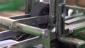 Fabbricazione di pavimentazione, elaborazione del parquet video d archivio