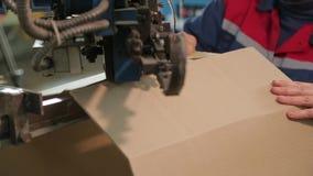 Fabbricazione di scatole di cartone video d archivio