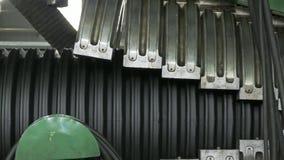 Fabbricazione di tubature dell'acqua di plastica Fabbricazione dei tubi alla fabbrica Il processo di fabbricazione dei tubi di pl immagini stock