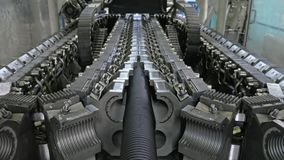Fabbricazione di tubature dell'acqua di plastica Fabbricazione dei tubi alla fabbrica Il processo di fabbricazione dei tubi di pl fotografie stock