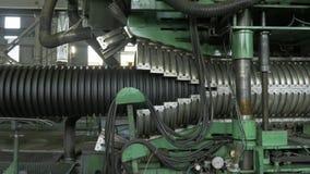 Fabbricazione di tubature dell'acqua di plastica Fabbricazione dei tubi alla fabbrica Il processo di fabbricazione dei tubi di pl video d archivio