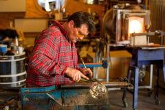 Fabbricazione di vetro tradizionale viaggio nell'arcipelago di Lofoten, Norvegia fotografia stock libera da diritti