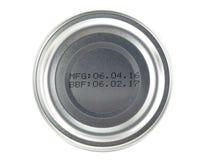 Fabbrichi la data e la data di scadenza stampate sul fondo delle latte di alluminio isolate su fondo bianco Fotografia Stock Libera da Diritti