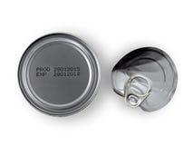 Fabbrichi la data e la data di scadenza stampate sul fondo delle latte di alluminio isolate su fondo bianco Fotografie Stock Libere da Diritti