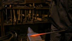 Fabbro che forgia metallo fuso stock footage