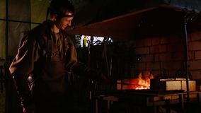 Fabbro che lavora con il fuoco un metallo video d archivio