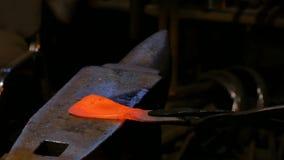 Fabbro che lavora con il metallo stock footage