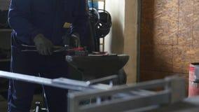 fabbro che lavora con il metallo d'ardore caldo, acciaio di piegamento in uno smithery Immagini Stock Libere da Diritti