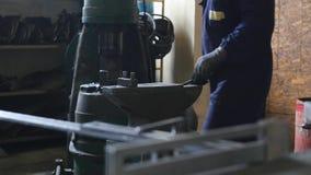 fabbro che lavora con il metallo d'ardore caldo, acciaio di piegamento in uno smithery Fotografia Stock Libera da Diritti