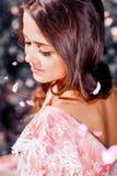 Fabelachtig en jong meisje met mooi haar in een uitstekende roze kleding in de tuin Stock Foto