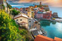 Fabelachtig Vernazza-dorp en kleurrijke zonsondergang, Cinque Terre, Italië, Europa stock foto