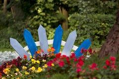 Fabelachtige die omheining door bloemen wordt omringd Royalty-vrije Stock Afbeeldingen