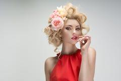 Fabelachtige jonge vrouw met een bloemkapsel stock foto's