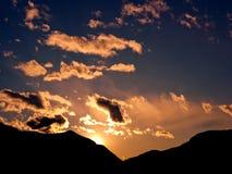 Fabelachtige zonsondergang op de Alpen Stock Foto's