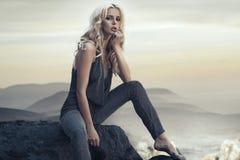 Fabelhafte blonde Dame auf dem tropischen Strand Stockbild