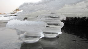 Fabelhafte Eiszapfen auf dem Riverbank Lizenzfreies Stockbild