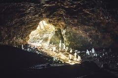 Fabelhafte Höhle nach innen, durch den Eingang der Höhle in das GR lizenzfreie stockfotos