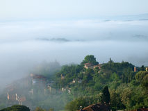 Fabelhafte Landschaft des nebeligen Morgens in Toskana. Stockbilder