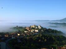 Fabelhafte Landschaft des nebeligen Morgens in Toskana. Stockfotos