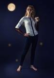 Fabelhafte mystische Mädchenelfe in der modernen Kleidung Lizenzfreie Stockfotos