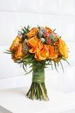 Fabelhafter Blumenstrauß von orange Rosen und von anderen Blumen Stockfotos