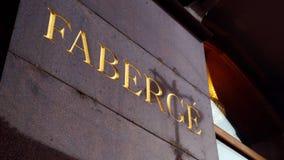 Faberge-Zeichen, geschnitzt auf der Granitwand lizenzfreie stockfotos