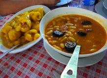 Fabes och potatos, tipically asturian och spansk mat i Asturi royaltyfria foton