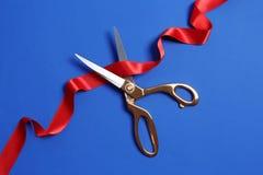 Faborek i nożyce na koloru tle Ceremonialny czerwonej taśmy rozcięcie obrazy royalty free