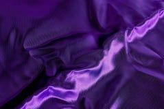 Fabrc púrpura del satén con la raya foto de archivo