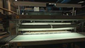 Fabricação de azulejos, linha automatizada para a produção de azulejos, interior industrial, transporte video estoque