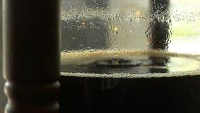 Fabricação de cerveja fria do café no movimento lento video estoque