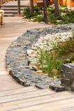 Fabricação de corrediças alpinas da pedra do granito que colocam um reservatório artificial foto de stock