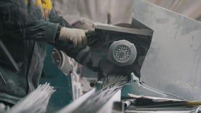 Fabricação de reforço composto da fibra de vidro - o trabalhador corta fios com serra circular video estoque