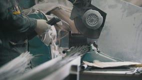 Fabricação de reforço composto da fibra de vidro - o trabalhador corta fios e produção da contagem vídeos de arquivo