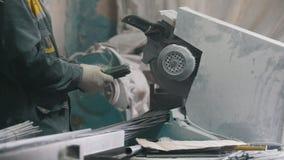Fabricação de reforço composto da fibra de vidro - o trabalhador corta fios e produção da contagem video estoque
