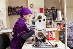 Fabricação de sapatas do ` s das crianças foto de stock
