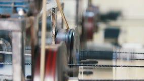 Fabricação do reforço da fibra de vidro - a máquina está girando o fio de fibra ótica vídeos de arquivo