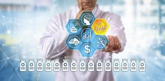 Fabricação farmacêutica contemplativo do clínico imagens de stock royalty free