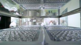 Fabricação farmacêutica técnico que trabalha no laboratório Equipamento de produção na indústria da farmácia, medicinas filme