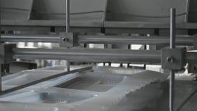 A fabricação plástica das lancheiras, pacote descartável do alimento acautela-se a linha de produção vídeos de arquivo