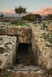 Fabrica小山- Colline de Fabrika地下墓穴在Pafos 塞浦路斯 免版税库存图片