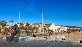 Fabrica och staty av symbolet av Anis del Mono i Badalona Royaltyfri Foto