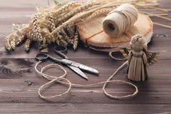 Fabricación de ángel tradicional del juguete de la paja con el ala Imagen de archivo libre de regalías