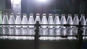Fabricación de agua embotellada Transportador en la fábrica almacen de video