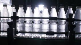 Fabricación de agua embotellada Transportador en la fábrica almacen de metraje de vídeo