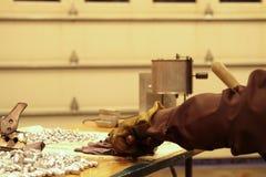 Fabricación de balas de recarga en la tienda casera Foto de archivo libre de regalías