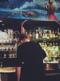 Fabricación de bebidas en la barra fotos de archivo