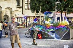 Fabricación de burbujas de jabón en la ciudad vieja de Innsbruck Imagen de archivo libre de regalías