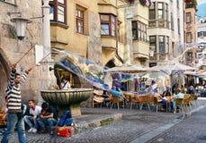 Fabricación de burbujas de jabón en la ciudad vieja de Innsbruck Imágenes de archivo libres de regalías